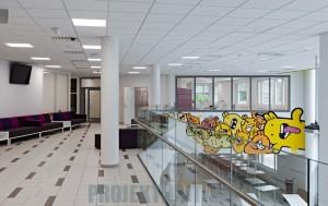 Huhtasuon koulukeskus, Jyväskylä 2015, ikkunan takana opettajien huone, josta näkymä alakerran ruokailutilaan.