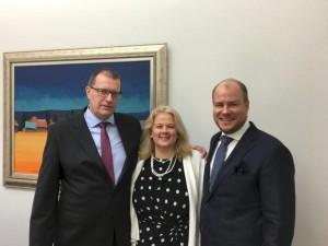 Töölönkadun pysäköintilaitoksen toimitusjohtaja Juha Salomäki, sijoittajasuhteista vastannut Marjaana Satuli ja Taitokaaren Jani Koivuniemi