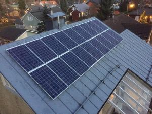Laurikan perheen aurinkosähköjärjestelmä on nimellisteholtaan 4,7 kilowattia ja se tuottaa vuositasolla arviolta noin 4000 kilowattituntia sähköä.