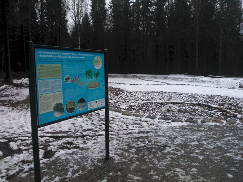 Biosuodatusratkaisu puhdistaa hulevesiä ennen niiden päätymistä Haaganpuroon. Hulevedet johdetaan ensin kivettyyn viivytysaltaaseen ja sen jälkeen biosuodatusalueelle, jossa suodatukseen käytetään tulvaniittyä ja kosteikkokasveja sekä niiden alla olevia useita hiekkakerroksia. Kuva on otettu ennen alueen kasvittumista. Kyseessä on Helsingin ensimmäinen biosuodatusjärjestelmä, se puhdistaa hulevesiä luonnonmukaisella menetelmällä. Kuva: Kajsa Rosqvist.