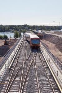 Metro Kulosaaren sillalla. Kuva HKL, Markku Laaksonen.