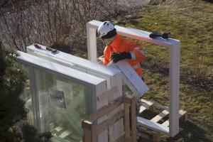 Rakennusalan tavanomaisesta käytännöstä poiketen Tiivi myöntää myös taloyhtiöille pitkät takuuajat. Kymmenen vuoden ikkunatakuu kattaa mm. eristyslasielementit.