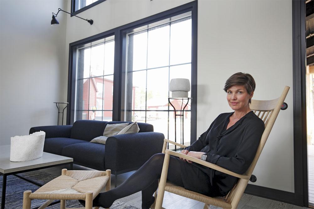 """""""Pohjanmaan vaikuttava lasiseinä tuo olohuoneeseen oman erityisen tunnelman. Ikkunoiden piilosaranat ja pintahelattomuus mahdollistavat yhtenäiset taulumaiset ikkunapuitteet"""", sisustussuunnittelija Helena Karihtala sanoo."""