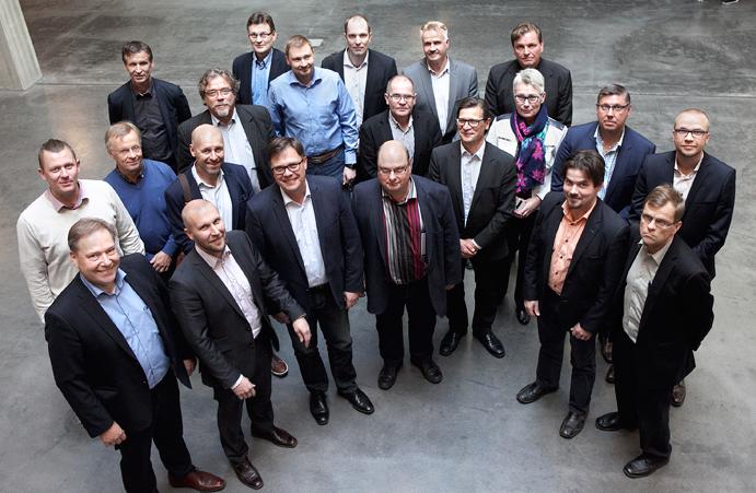 Palveleva kaukolämpö FinDHC ry:n perustamiskirjan allekirjoittajia tiistaina 4.10. Hyvinkäällä. Kuva: Paula Lehto