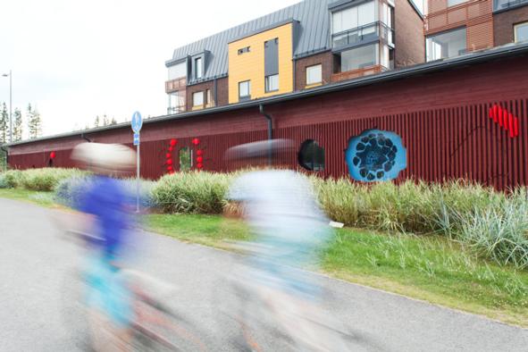 WSP Finland Oy:n Kuusen silmu -teos osana autokatoksien seinärakennetta Tampereella. Kuva: Aino Huovio