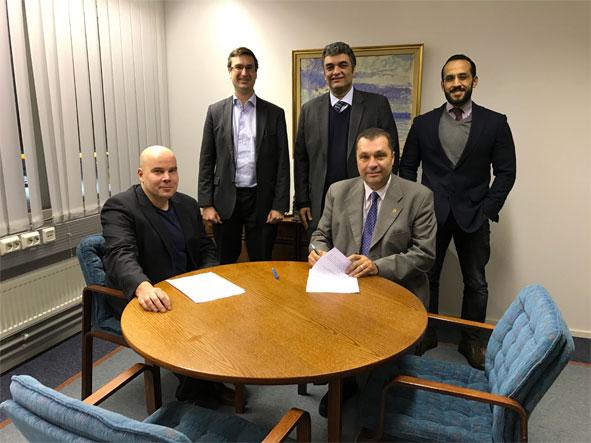 Kuvassa Miko Huomo ja Christoffer Ehrnrooth (GreenEnergy Finland - GEF) sekä Fayssal Daoud, Hicham Osman ja Mamdouh Wael (Egyptian Technical Projects Company - TEPCO) solmivat sopimuksen 1,051 megawatin aurinkosähkövoimalaitoksen toimituksesta.