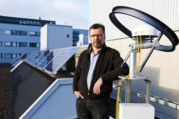 – Finnish Solar Revolution -hankkeessa on tarkoitus myös ennakoida aurinkovoiman tulevaisuuden kehityssuuntia ja visioida uusia teknologioita, kertoo professori Seppo Valkealahti TTY:n sähkötekniikan laitokselta. Kuva: Mika Kanerva