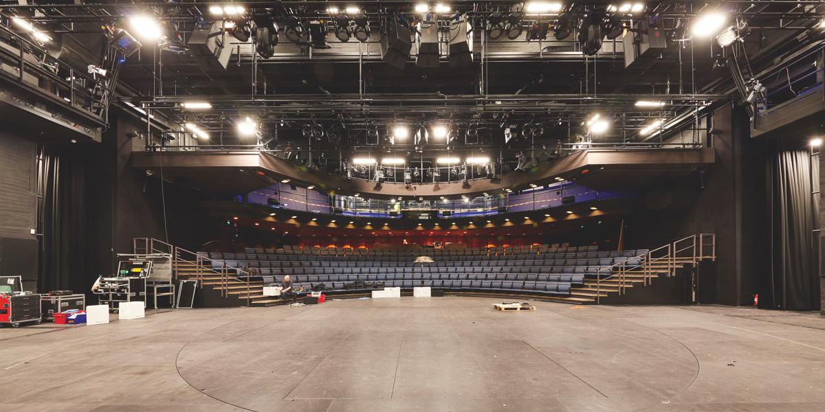 Helsingin kaupunginteatterille tuttu asu, uusi tekniikka