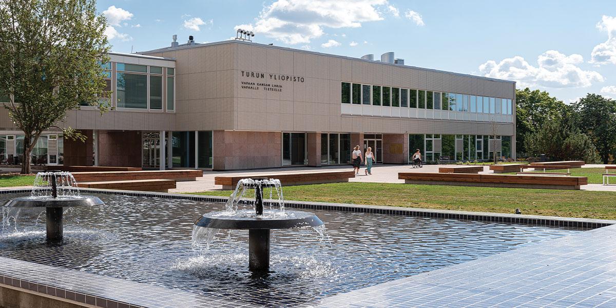 Turun yliopiston päärakennus heräsi uuteen hehkuun